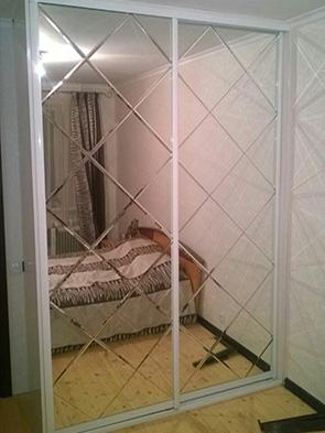 Шкаф-купе в спальне - зеркало «Серебро» с фацетом «Ромбы»