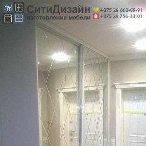shkaf-kupe-bely-glyanec-i-zerkalo-serebro-s-almaznoy-gravirovkoy